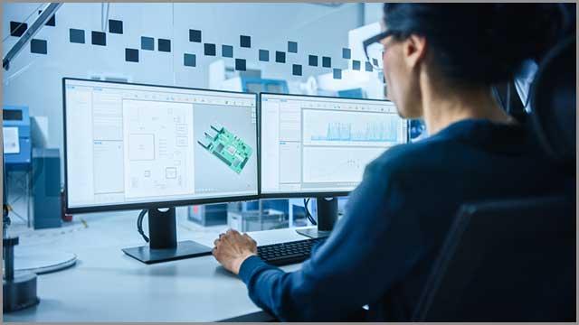 Un ingeniero trabajando en el diseño de un PCB y el diseño final
