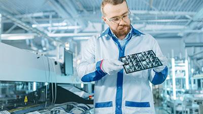 Un ingeniero dentro de una empresa de fabricación de PCB